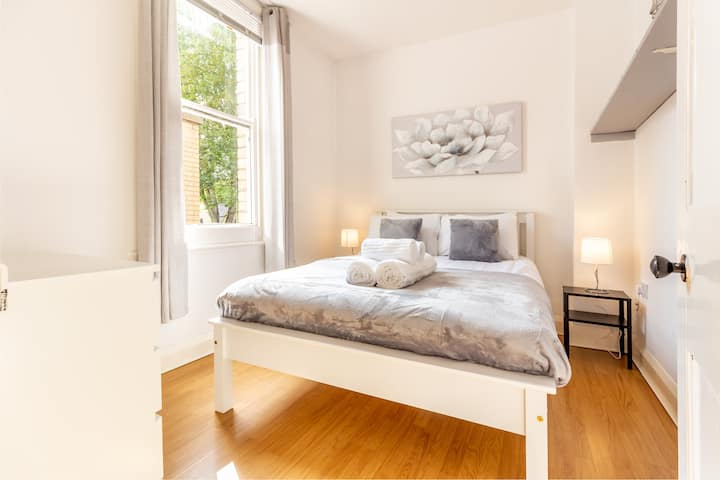 ★ Bright and Spacious Malvern Apartment ★