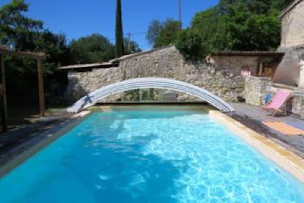 La piscine avec son abris qui la protège et la garde chaude.
