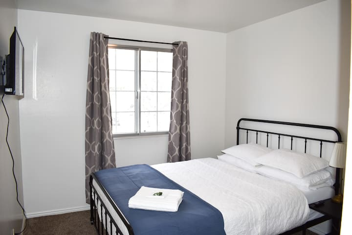 Newly Updated, New Clean Queen Bed (Room 3 of 3)