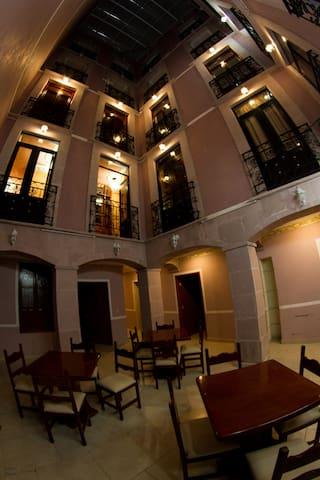 Patio central al interior del Hotel.