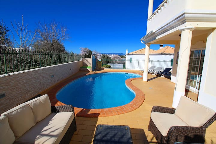 Townhouse Breeze, Air-con, private pool , walk to beach.