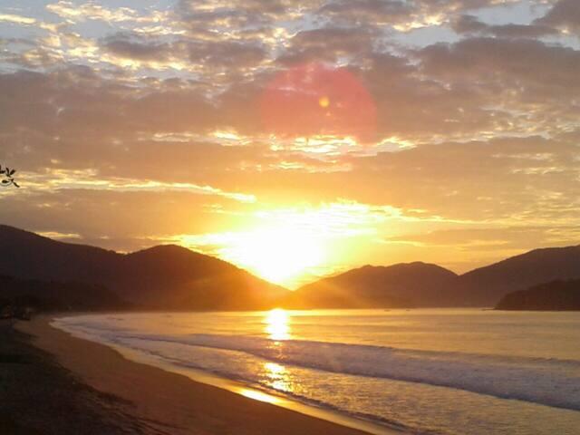 Foto do nascer  do sol na praia de Massaguaçu