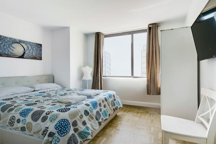 Bright Private Bedroom Close to Central Park