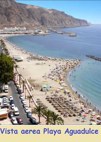 El principal atractivo de Aguadulce reside en sus playas, concurridas en verano hasta límites insospechados y que pueden presumir de ser una de las mejores de la Costa de Almeria por la limpieza y los servicios que ofrece.