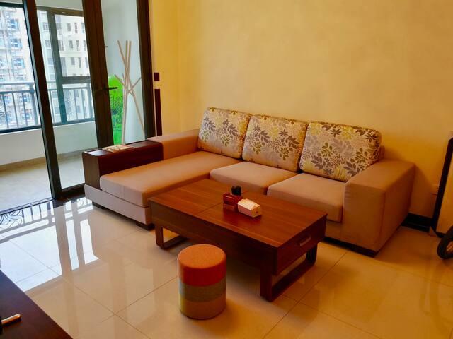 济南文化东路两居室,高档装修、温馨舒适、纵览千佛山胜景、环境优美。房主好客。