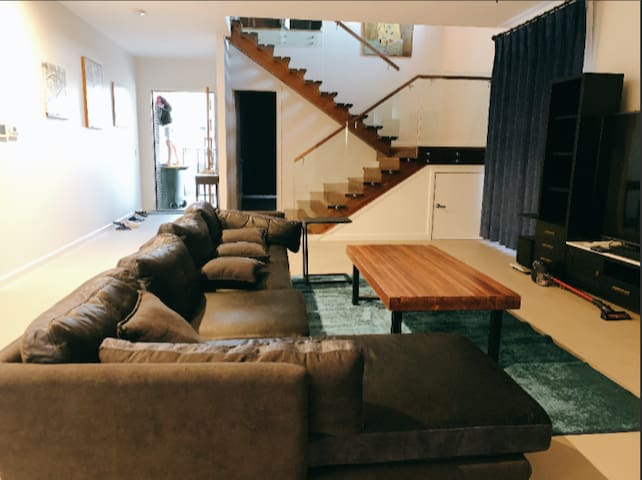 Artistic Designing - Luxurious 6BED House Rochdale