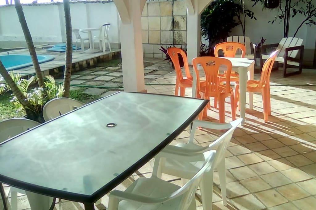 4 mesas na área externa e piscina.