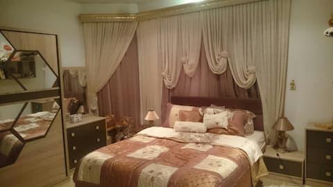 Privates Zimmer mit Doppelbett und eigenem Bad