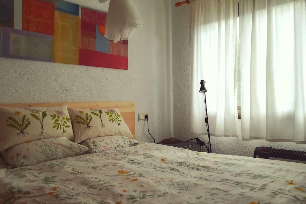 L'habitació principal té un llit de 160x200cm