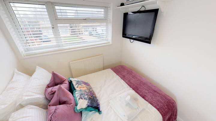SWIFTS GREEN HOUSE - Deluxe Double room 1 (purple)