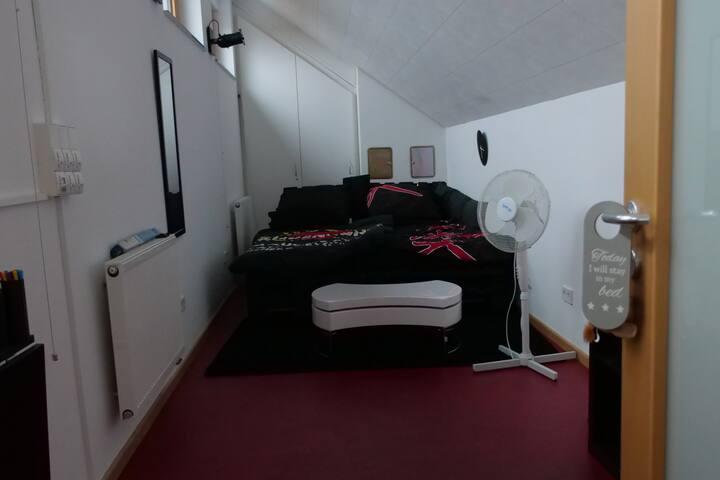 Modernes Loftzimmer in großräumigem Familienhaus