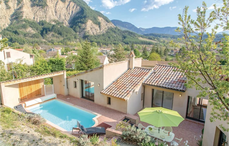 Holiday cottage with 3 bedrooms on 155m² in Chatillon en Diois
