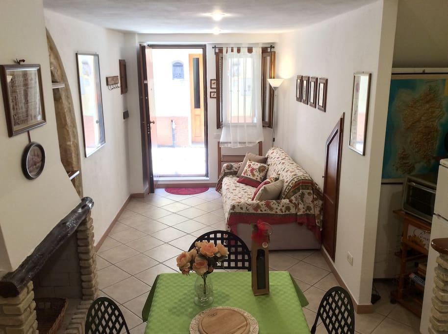 L'ampio e luminoso soggiorno all'ingresso della casa – Spacious and sunny living room, at the entrance of the house