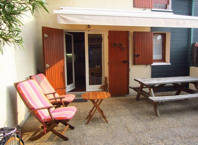 Terrasse de 40 m². Barbecue, fauteuils, tables, cabane de 12 m².