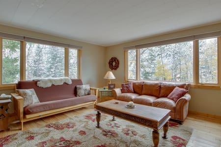 Fully-equipped mountain getaway w/ kitchen, patio, & mountain view