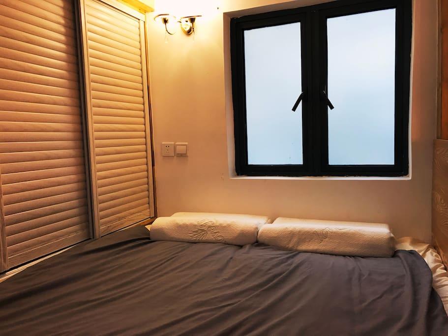 二楼超大榻榻米床和一整排的柜子,睡两大一小没问题