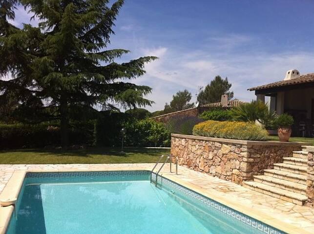 Villa Lily St Raphaël : chambre + sdb-wc + balcon