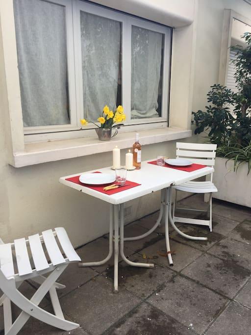 petite terrase privative pr déjeuner au soleil