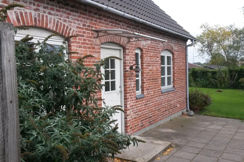 Huset ligger på egen grund med egen have, tilbagetrukket bag eget plankeværk væk fra vej, tilgængeligt via lille opkørsel. Hus have og indgang står eksklusivt til rådighed for lejer.