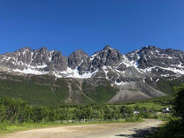 Lakselvbukt, mellom høye fjell og fjorden