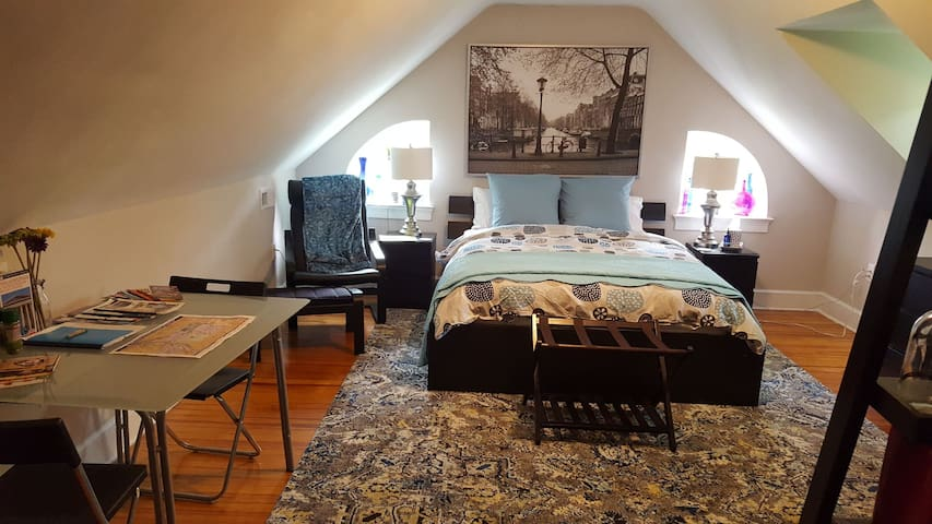 Spacious Private Room in East Mt Airy