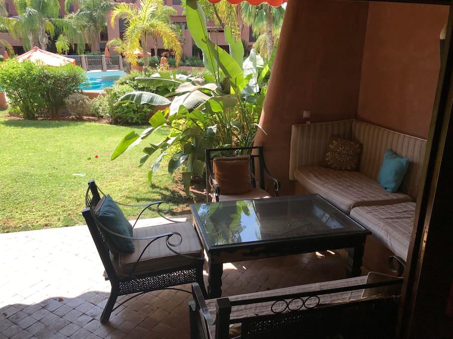 Salon terrasse jardin sur piscine