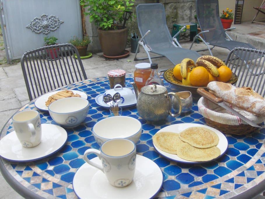 le petit déjeuner mêlant produits locaux et spécialités maisons aux touches algériennes vous sera servi dans la salle à manger ou dans le patio.