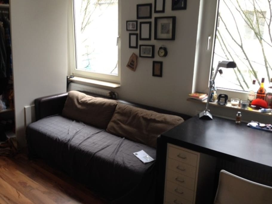 Die Couch, die ggf. ach als Schlafcouch genutzt werden kann