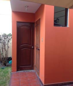 Habitación privada en casa grande - Santiago de Surco