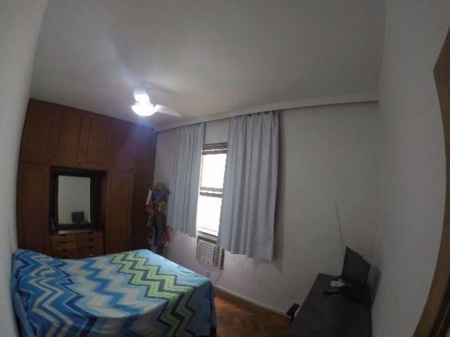 Quarto com cama de casal, ar-condicionado, ventilador, armário