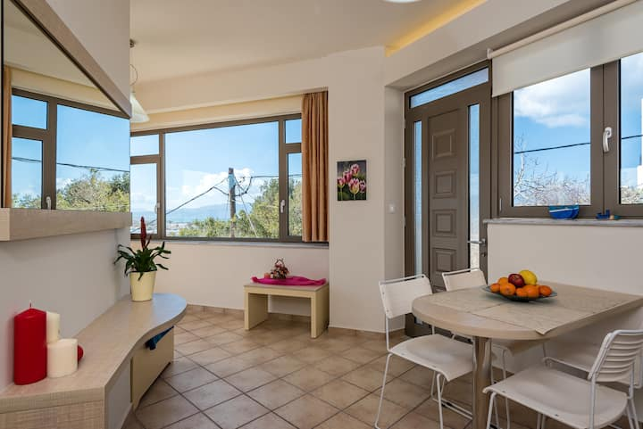 Seaview cozy studio in the center of Platanias