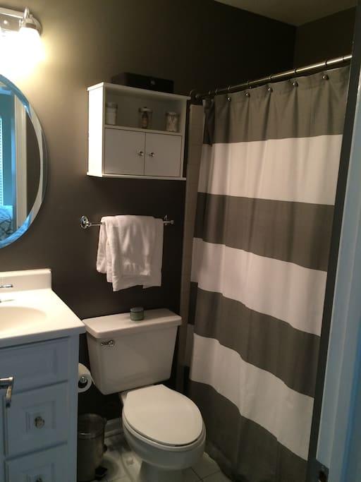 Clean full bathroom