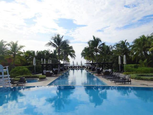 Panama del Mar - Club  pool and beach steps away
