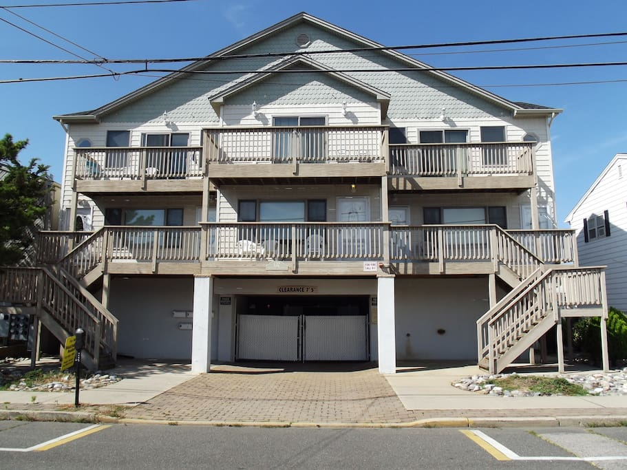 Short walk to the beach, boardwalk, amusement park and restaurants. Awesome location !!!