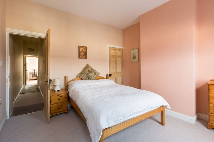 Comfortable double room in peaceful Earlsdon home