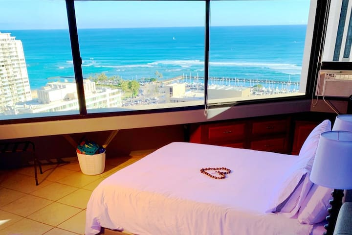 PANORAMIC OCEANVIEW ON HIGH FLOOR STEPS FROM BEACH
