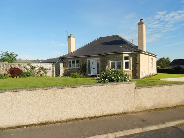 Spacious bungalow centrally located - Elgin - Bungalou