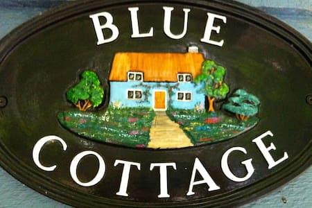 Blue Cottage on St Mary Lake, Salt Spring Island - Солт-Спринг Айленд