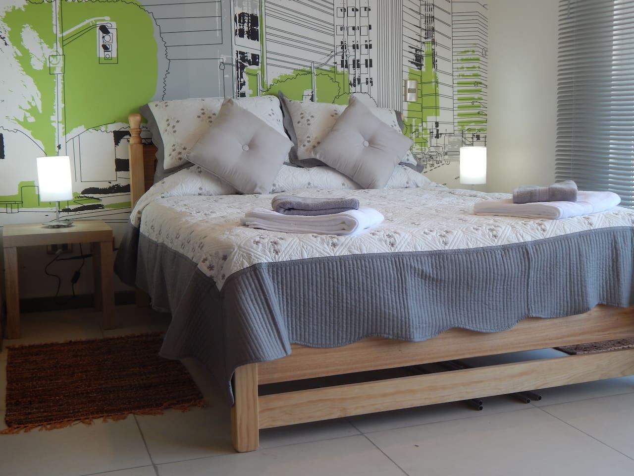 Comoda cama con sabanas y toallas de algodon