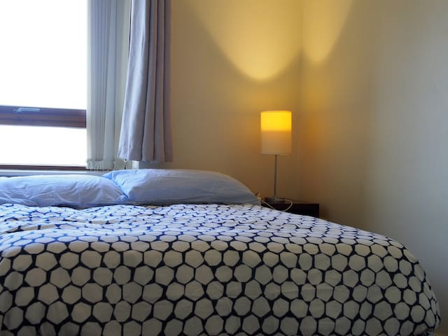 Warm, bright double room by 3 Arena, IFSC