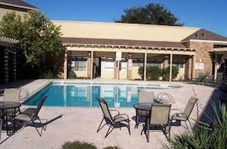 2bd/2bth apartment , pool & parking - Midland - Leilighet