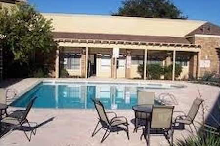 2bd/2bth apartment , pool & parking - Midland - Appartement