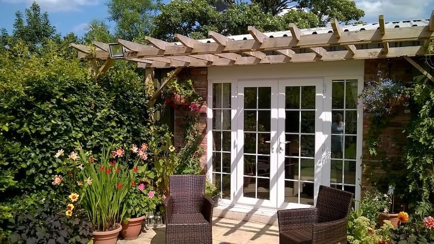 Self contained Garden Room. - Burscough - Chalet