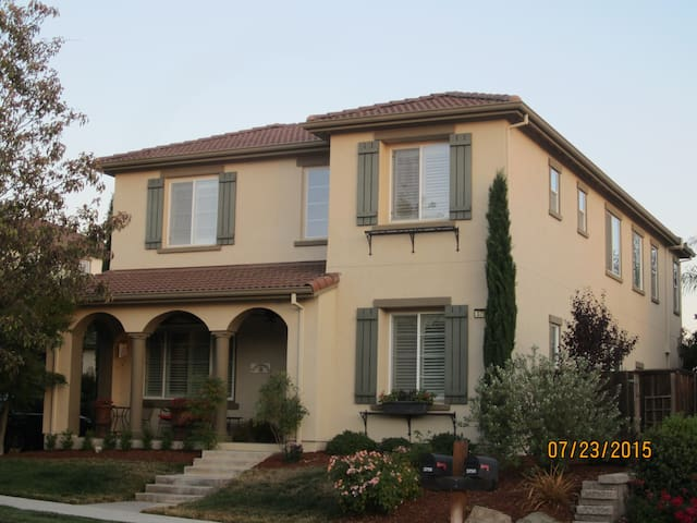 Mediterranean style home w pool - San Ramon - House