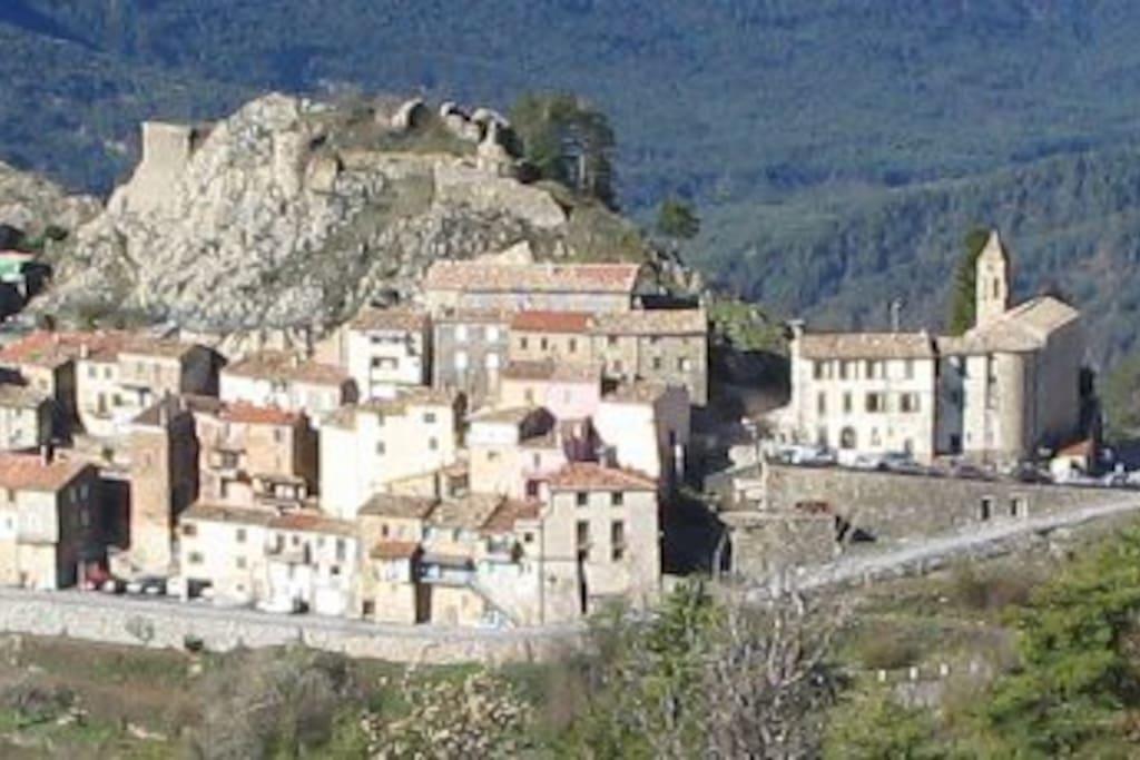 Vue d'Ascros et des ruines du Château