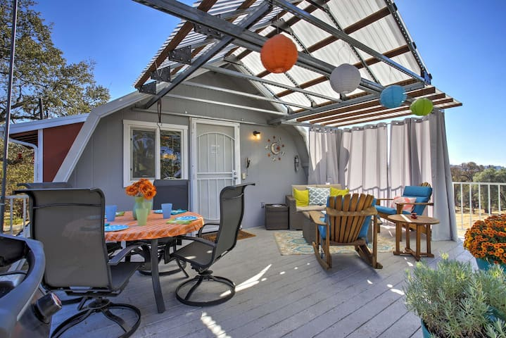 Mariposa Home w/Furnished Patio & Sierra Mtn Views
