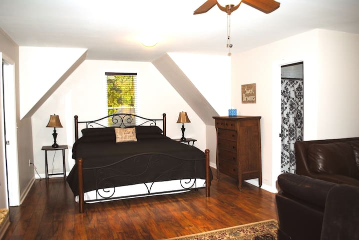 Charming East Side Studio Apartment Apartments For Rent