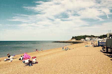Beautiful 2bd, 5 mins to beach