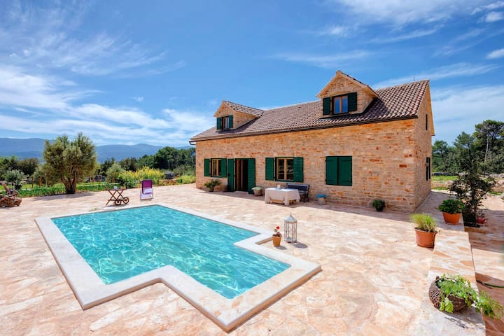 Villa with 5 bedrooms in Stari Grad, with private pool, enclosed garden and WiFi - 900 m from the beach