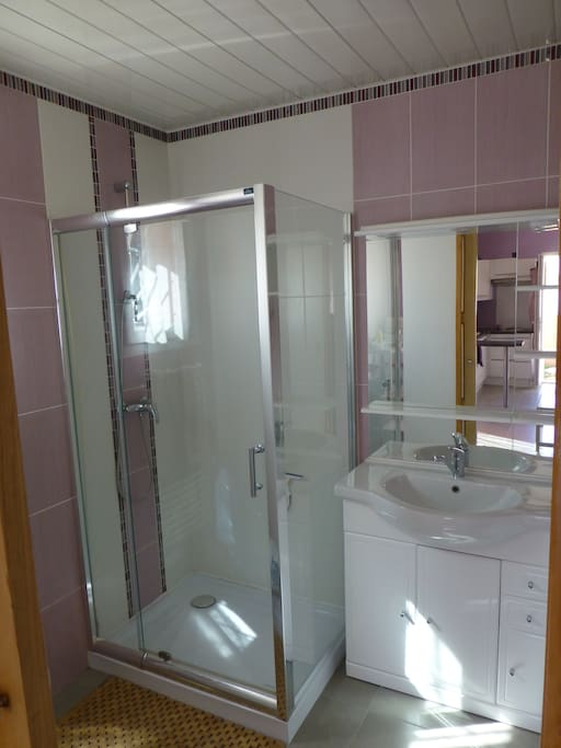 Salle de bain lumineuse avec rangement